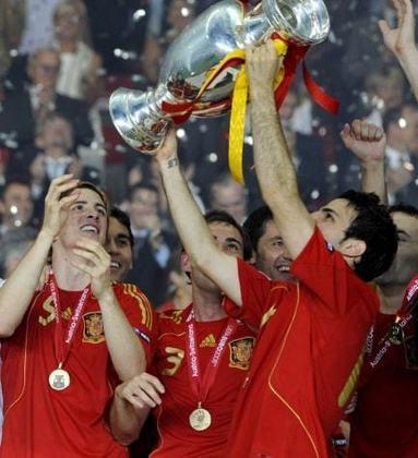 Espanha - Em 2008, a Fúria foi campeã invicta da Eurocopa. Durante a campanha foram 5 vitórias e um empate. Já em 2012, os espanhóis repetiram o feito, dessa vez com a seguinte campanha: 4 vitórias e dois empates