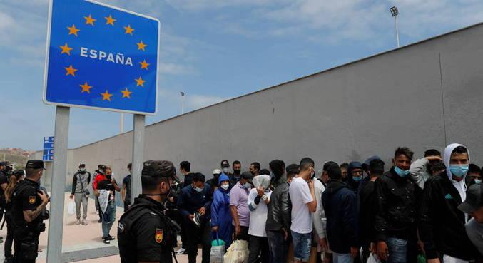 Cerca de 10 mil marroquinos chegaram em Ceuta nesta semana