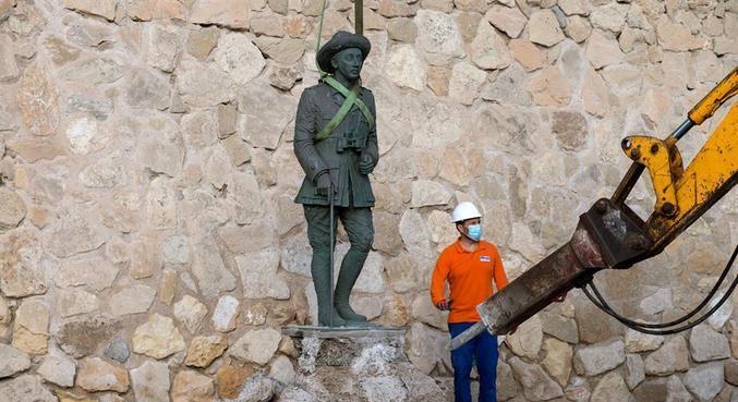 Operários retiram estátua do ditador Franco da cidade de Melilla