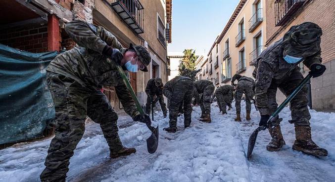 Militares participam do esforço para tirar a neve das ruas de Toledo