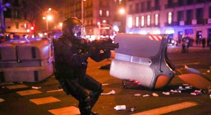 Policial dispara bomba de gás contra manifestantes em Barcelona