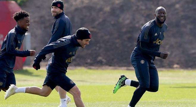 Juan Mata (centro) e Lukaku (à dir.), participam de treino do Manchester United