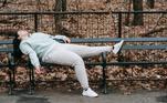 """Uma boa noite de sono não significa dormir mais. Edivana explica que é fundamental ter um sono adequado, entre 6 e 8 horas por noite, mas dormir bem não significa ficar na cama o tempo todo. """"Quando é verão, é natural se sentir mais disposto e pular da cama mais fácil, mas no friozinho tudo que queremos, muitas vezes, é não sair de baixo das cobertas. Esse comportamento pode ser ainda mais frequente agora com tantas pessoas no home office, e a indisposição pode ser ainda maior"""", afirma"""