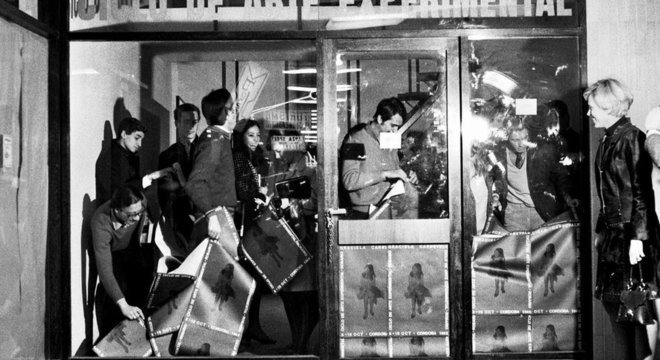 Graciela Carnevale trancou espectadores em uma galeria de vidro como um experimento para ver quanto demoraria para que tudo acabasse em violência (Crédito: Graciela Carnevale/Spai Visor)