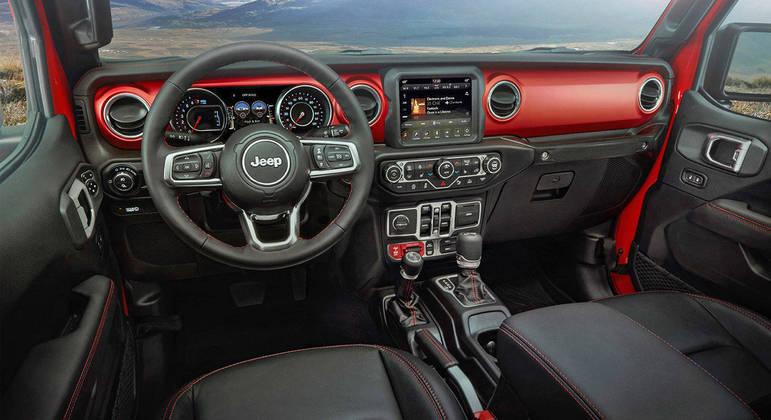Interior é semelhante ao do Wrangler Rubicon mantendo estilo neo retrô típico dos modelos maiores da Jeep