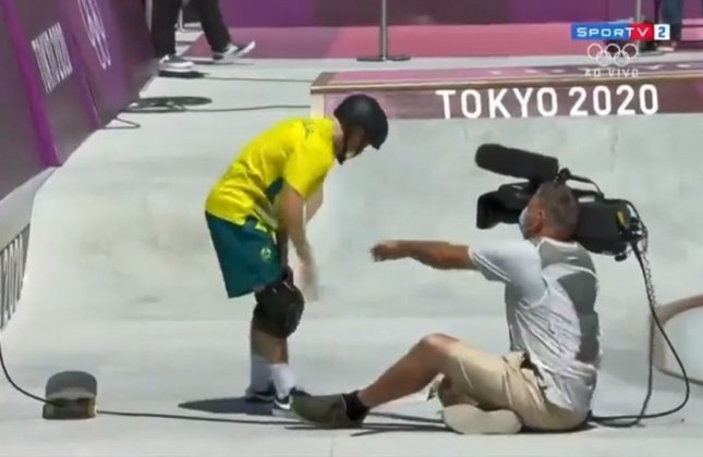 Esperou o contato, o contato veio... O skatista Kieran Woolley, da Austrália, atropelou um cinegrafista durante as classificatórias do skate park.
