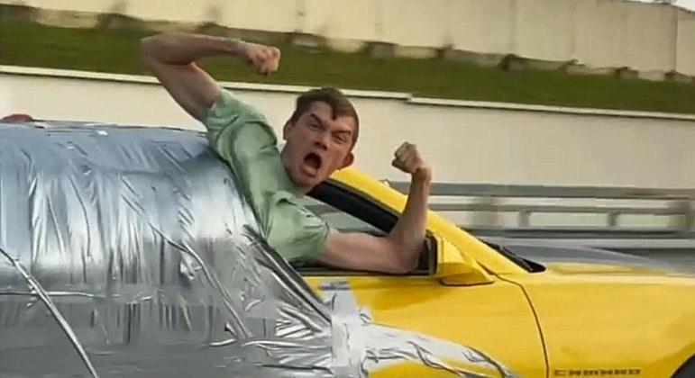 Esportivo com influencer grudado na lateral chegou a 180 km/h em rodovia russa