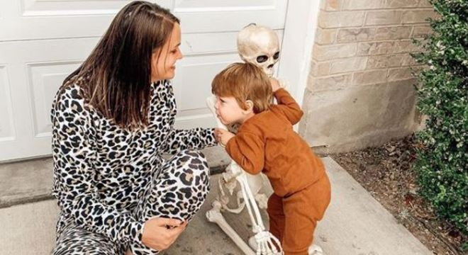 Criança vira melhor amiga de seu novo boneco que era usado como item de decoração