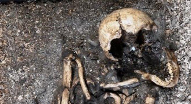 Sambaqui é uma elevação construída a partir de restos de animais dispostos junto com esqueletos humanos, restos de fogueiras e, eventualmente, evidências de habitação