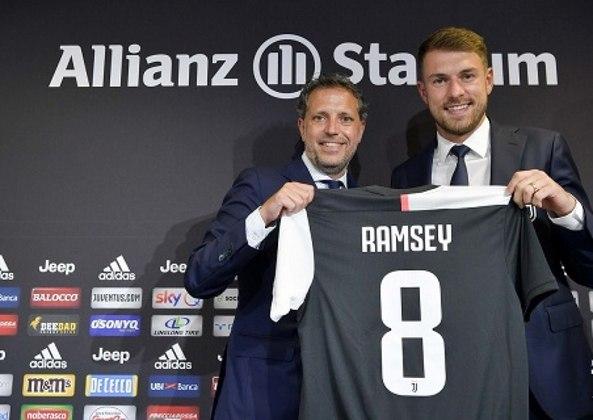 """ESQUENTOU – A demissão de Sarri e a chegada de Pirlo no comando técnico da Juventus deve gerar uma série de mudanças no elenco, e a imprensa internacional já fala em """"barca biancioneri"""" com alguns nomes de saída. O primeiro deles é Ramsey, que tem contrato até 2023."""