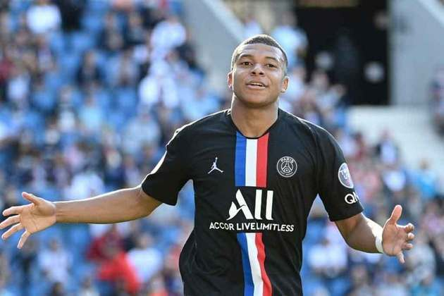 ESQUENTOU - A mãe de Kylian Mbappé, Fayza Lamari, surpreendeu o mundo do futebol ao revelar que há conversas entre o jogador e o Paris Saint-Germain por uma renovação contratual. Em entrevista ao