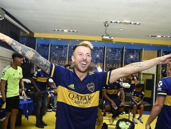 ESQUENTOU - A novela entre Julio Buffarini e Boca Juniors continua. A mídia argentina informou que o clube retomou os contatos com o lateral-direito e promete lutar com todas as forças para acertar a renovação de contrato. Inicialmente, o Boca havia oferecido um ano de contrato, mas a proposta acabou negada. Para ficar, Buffarini pede dois anos de acordo. Depois de muita conversa, o time Xeneize topou renovar com os termos propostos pelo lateral-direito e também vai aumentar o salário, algo que era pleiteado pelo atleta.