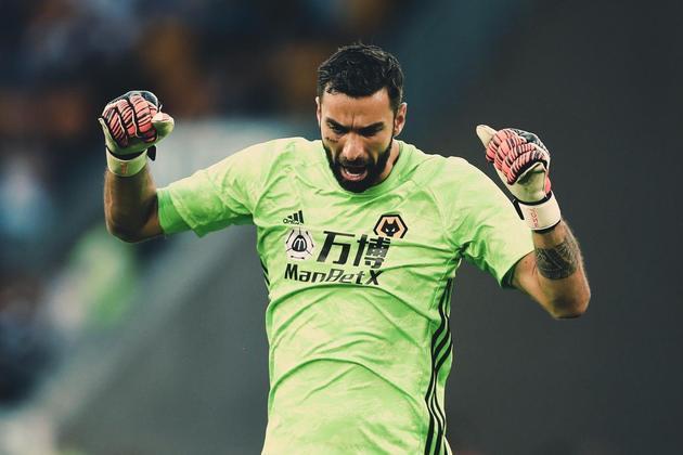 ESQUENTOU - A Roma demonstrou interesse no goleiro do Wolves Rui Patricio, segundo o jornalista Fabrizio Romano. O clube inglês estipulou o valor de 12 milhões de euros para aceitar a saída do goleio português da equipe.