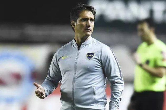ESQUENTOU - Após a saída de Gustavo Poyet, a Universidad Católica busca um novo treinador, e o clube chileno quer Guilhermo Schelotto. Contudo, existe uma diferença na quantia exigida pelo treinador e quanto a Católica pode pagar.