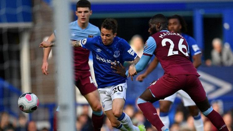 ESQUENTOU - Bernard está perto de assinar com o Al Nasr para as próximas temporadas, após o próprio jogador indicar ser favorável a mudança e o Everton já ter aceitado os termos na negociação, de acordo com o GOAL.