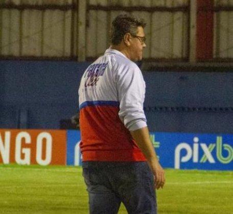 ESQUENTOU - Chegou ao fim a temporada 2021 do Paraná. No fim de semana, o Tricolor recebeu o Oeste e venceu por 4 a 0, na Vila Capanema. Apesar do último ato feliz, a época será esquecida pelos torcedores, que viram o Tricolor ser rebaixado para a Série D.  Mesmo com o cenário incerto dentro do clube, Jorge Ferreira, que é funcionário da comissão técnica, espera ser efetivado como treinador para dar início ao planejamento de 2022.