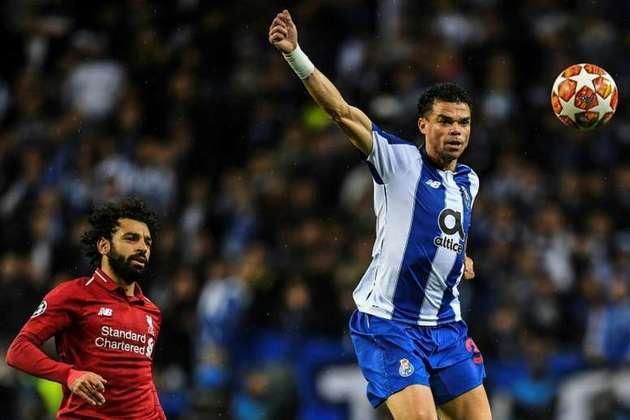 ESQUENTOU - Com contrato até 2023, Pepe renovará com o Porto quando chegar aos 40 anos. Segundo o presidente dos Dragões, Jorge Nuno Pinto da Costa, o zagueiro continuará na equipe portuguesa. - Daqui a dois anos, sem dúvida, iremos renovar seu contrato como tem vindo a mostrar - disse ao