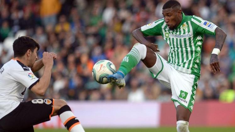 ESQUENTOU - De acordo com a imprensa espanhola, o PSG tem interesse no lateral-direito brasileiro Emerson Royal, que pertence ao Barcelona, mas está emprestado ao Real Betis.