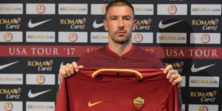 ESQUENTOU - De acordo com a 'Sky Itália', Aleksandar Kolarov, da Roma, está a um passo de assinar com a Inter de Milão. O experiente jogador, de 34 anos, deve se transferir para a equipe de Milão nos próximos dias em uma transação no valor de dois milhões de euros.