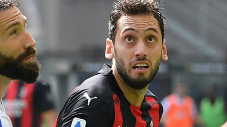 ESQUENTOU - De acordo com a Sky Itália, o Arsenal já está se mexendo para contar com Calhanoglu na próxima temporada, pois o contrato do meia com o Milan se encerra nesta temporada.