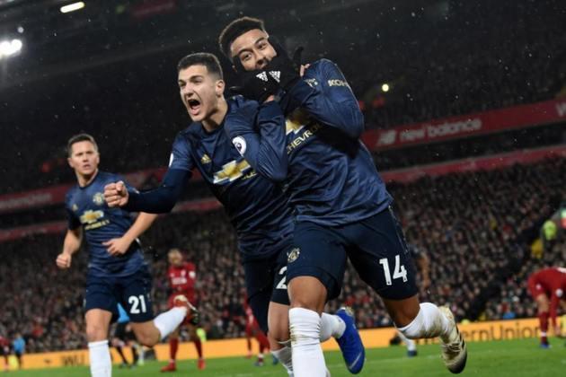 ESQUENTOU - De acordo com o jornalista Fabrizio Romano, o Manchester United já negocia com Jesse Lingard para estender o contrato do meia. O vínculo entre as partes terminaria na próxima temporada e o United deseja ficar com o atleta por mais tempo.