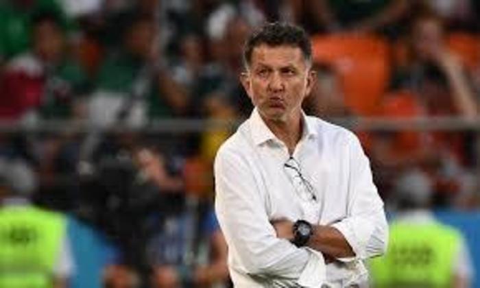 ESQUENTOU - Desempregado desde a sua saída do Atlético Nacional, Juan Carlos Osorio apareceu no radar do América de Cali e a tendência era que ele seria anunciado de maneira rápida. Além da parte financeira, Juan Carlos Osorio teria um projeto ambicioso e que poderia render frutos de maneira imediata, já que o time colombiano iria receber reforços.  Porém, as semanas passaram e Osorio não chegou, o que causou estranheza da torcida do América de Cali, que começa a desconfiar do seu mandatário.  Segundo as informações da Colômbia, o comandante observou que as conversas não andaram com o América de Cali e iniciou outra negociação, o que esfriou o acerto com os diablos.