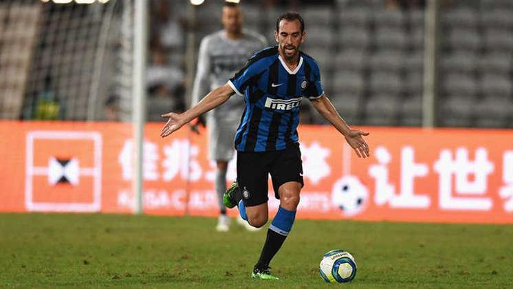 Diego Godín, da Inter de Milão, é o zagueiro. Veio do Atlético de Madrid e não conseguiu repetir o bom desempenho que teve no clube espanhol
