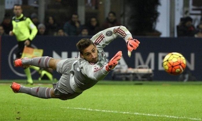 ESQUENTOU - Donnarumma e Calhanoglu estão aguardando uma proposta do Milan para renovação de contrato e os dois desejam ficar no clube italiano. Porém se nada aparecer, o meia já tem algumas ofertas na mesa para analisar, de acordo com a Sky Sports.