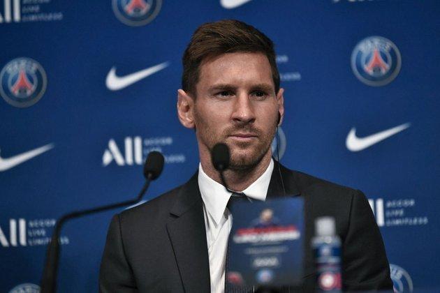 """ESQUENTOU - Em entrevista para a revista """"France Football"""", Lionel Messi revelou que não esperava sair do Barcelona na última janela de transferências. O astro disse que após suas férias, a ideia seria assinar a renovação contratual e iniciar os treinos de pré-temporada. Mas as complicações com o Fair Play Financeiro de La Liga impediram o Barcelona de renovar com Messi. Ele contou que foi difícil aceitar, pois pensava que tudo estava certo. O argentino também comentou que questões familiares como a troca de ambiente e escola de seus filhos pesou na decisão dele em querer permanecer na Catalunha, o que não ocorreu."""