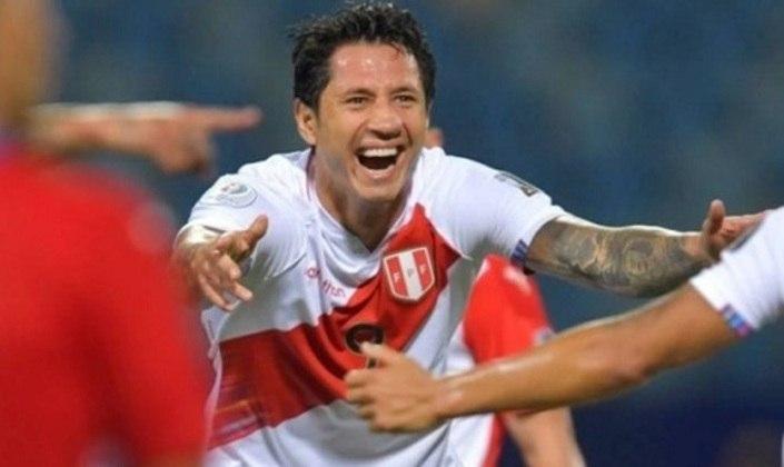 ESQUENTOU - Gianluca Lapadula faz uma grande Copa América pela seleção do Peru. Ele já balançou as redes três vezes, é o artilheiro da sua equipe na competição Sul-Americana e deu uma assistência para gol. Como a Blanquirroja fez oito gols até agora, isso significa que o camisa 9 participou de forma direta de 50% dos gols marcados pelo time comandado pelo técnico argentino Ricardo Gareca.