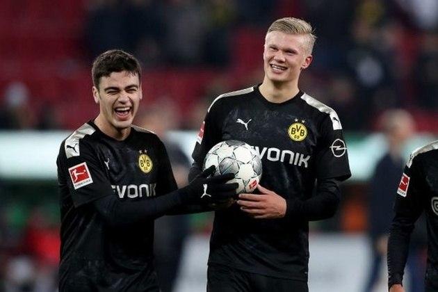ESQUENTOU- Giovanni Reyna, jovem promessa do Borussia Dortmund, está próximo de acertar um novo contrato. O clube aurinegro esoera o atleta cumprir 18 anos, o que acontece no próximo dia 13 de novembro, para renovar com ele por mais três temporadas. O norte-americano passaria a ganhar 2,5 milhões de euros por anos, R$ 16 milhões na cotação atual.