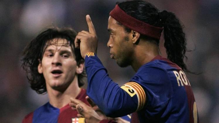 ESQUENTOU - Ídolo do Barcelona, Ronaldinho Gaúcho concedeu uma entrevista ao site italiano Tutto Mercato Web, e afirmou que Lionel Messi tem que ficar e renovar com o clube catalão. Apesar da renovação estar encaminhada, o Barça precisa resolver problemas financeiros, por isso Messi ainda está sem clube.