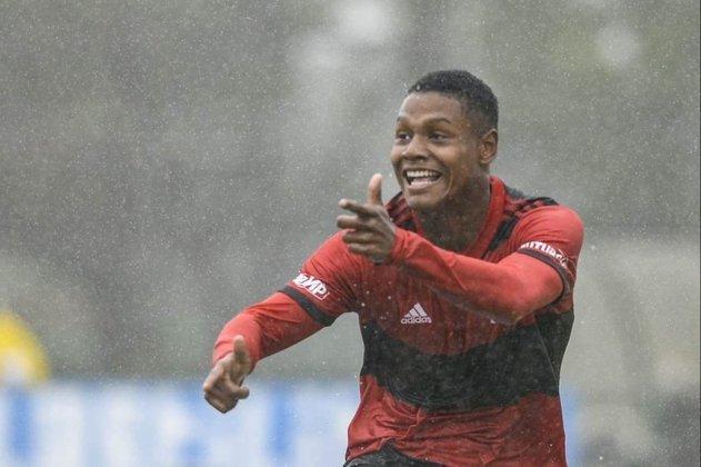 ESQUENTOU - Matheus França é a bola da vez nas categorias de base do Flamengo e já sabe que terá o seu contrato renovado. E com direito à multa recorde no clube. Para administrar melhor o assédio do futebol exterior em cima da joia, o Fla estenderá o vínculo de Matheus França de meados de 2025 para dezembro de 2026, com multa de 100 milhões de euros (aproximadamente R$ 630 milhões na cotação atual) - que superaria a de Lázaro, de 80 milhões de euros.