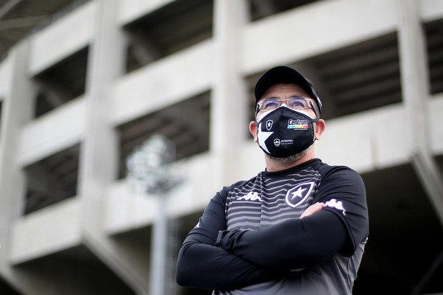 ESQUENTOU - Mesmo com quase um turno completo na Série B do Brasileirão, o Botafogo não fecha a possibilidade de fazer novas contratações para ajustar o elenco. Com 19 jogadores adquiridos para a temporada 2021, a lista do Alvinegro pode aumentar ainda mais. A diretoria entende que o elenco, diante de alguns jogadores contratados que não deram resultados, ainda possui carências. Por isto, mais jogadores podem chegar para este período. Até dois atletas - vale lembrar que a situação financeira do Alvinegro é ruim - são colocados no radar.