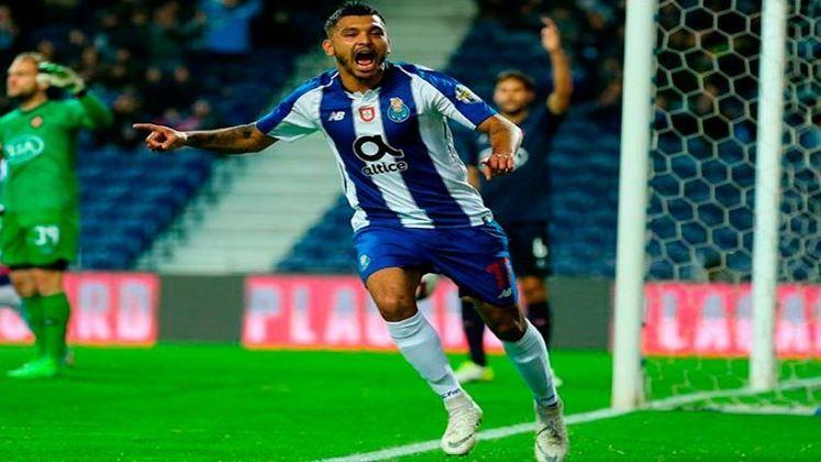 ESQUENTOU - Na última janela de transferências, o atacante mexicano Tecatito Corona esteve próximo de ser negociado pelo Porto onde o Milan surgiu como a equipe mais especulada em tirar do clube português o atleta de 28 anos que está há sete temporadas nos Dragões.