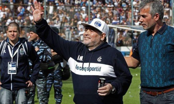 ESQUENTOU - O acordo de renovação entre Gimnasia La Plata e Diego Armando Maradona se aproxima do desfecho positivo. De acordo com a imprensa argentina, o treinador deve prolongar o seu vínculo até dezembro de 2021.