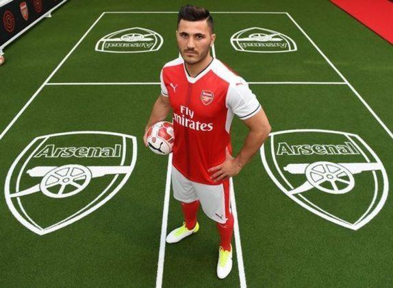 ESQUENTOU- O Arsenal ofereceu o lateral esquerdo Sead Kolasinac para a Roma contratar na janela de transferências de janeiro, segundo o