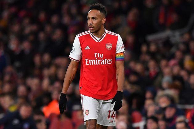 """ESQUENTOU: O atacante Aubameyang está próximo de anunciar uma renovação contratual por mais três temporadas com o Arsenal, de acordo com o """"The Athletic"""". As informações apontam que o artilheiro irá se tornar o maior salário do clube, superando as 350 mil libras semanais (R$ 2,4 milhões) que Mesut Ozil recebe nos Gunners."""