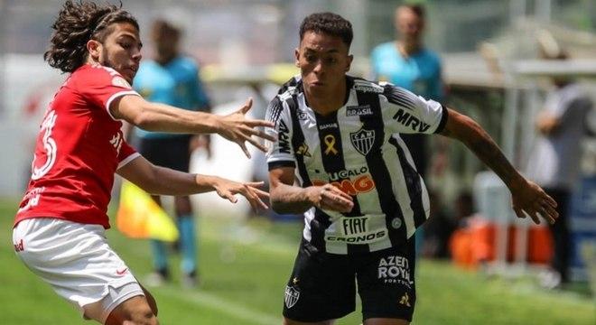 ESQUENTOU: O Atlético-MG liberou o zagueiro Iago Maidana e o meia Bruninho para realizar exames e acertar com o Sport-PE. A dupla já viajou para o Recife e se forem aprovados, serão anunciados pelo Leão ainda esta semana.