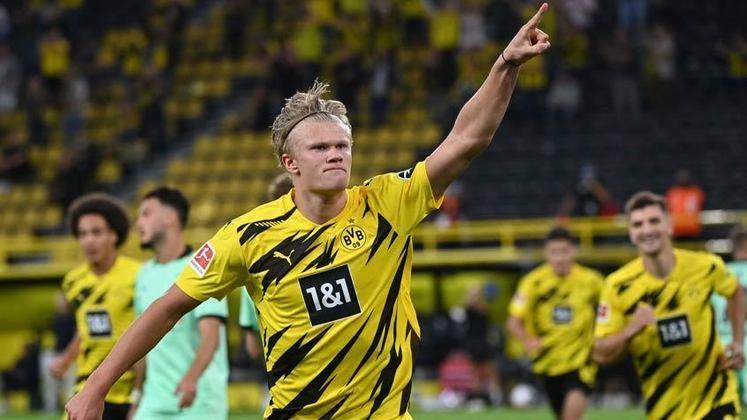 """ESQUENTOU - O Borussia Dortmund definiu o preço da saída de Haaland neste verão em 180 milhões de euros (aproximadamente R$ 1,2 bilhão), segundo a """"ESPN"""". Os principais interessados pelo centroavante são Manchester United, Manchester City, Chelsea, Real Madrid e Barcelona. Em 2022, a cláusula de rescisão contratual do jogador será de 75 milhões de euros (R$ 500 milhões)."""
