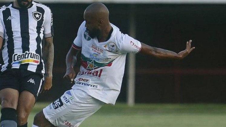 ESQUENTOU - O Botafogo encaminhou a chegada de um novo jogador. Trata-se de Chay, um dos destaques da Portuguesa no Campeonato Carioca. O atacante assinará junto ao clube de General Severiano por empréstimo até o fim do ano.  Apenas os últimos detalhes burocráticos separam a negociação de um final feliz. Botafogo e Portuguesa já discutiram toda a parte