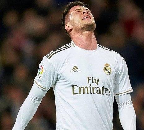 ESQUENTOU - O centroavante Luka Jovic planeja uma saída do Real Madrid em busca de um novo rumo na carreira, segundo o portal