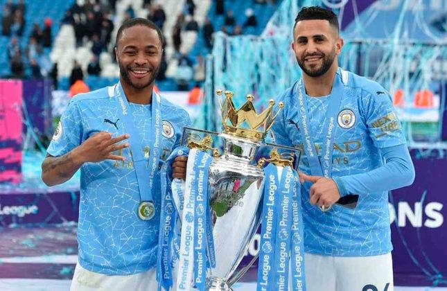ESQUENTOU - O Manchester City pode vender dois de seus atacantes para fazer uma reformulação na equipe. De acordo com a imprensa britânica, a equipe de Guardiola pode colocar à disposição Raheem Sterling e Riyad Mahrez. O