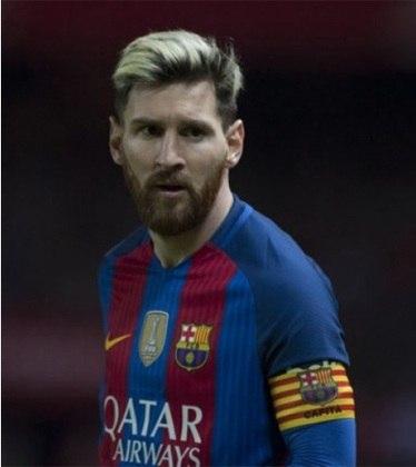 """ESQUENTOU - O Manchester City tirou a calculadora do armário e está fazendo as contas para avaliar uma possível contratação de Lionel Messi sem romper os limites do Fair Play Financeiro, segundo a """"ESPN"""". Com mais um ano de vínculo, o argentino tem a multa estipulada em 700 milhões de euros (R$ 4,6 bilhões)."""