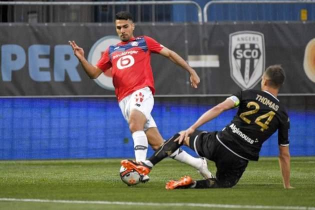 ESQUENTOU - O Manchester United entrou na disputa pela contratação de Zeki Celik, lateral direito do Lille, segundo o