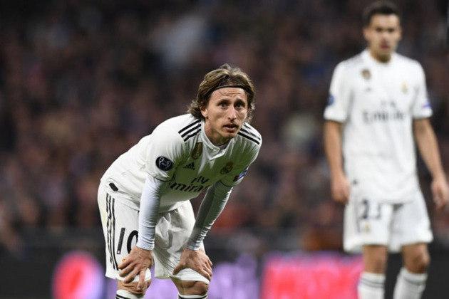 ESQUENTOU - O Real Madrid está interessado em renovar o contrato do meia Luka Modric, que se encerra na atual temporada. O desejo dos Merengues seria de estender o vínculo por mais uma temporada.