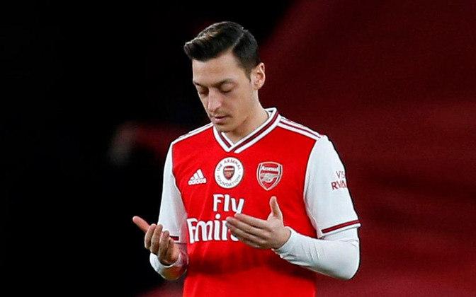 ESQUENTOU - O tempo de Mesut Ozil no Arsenal está próximo do fim. Segundo a imprensa turca, o alemão acertou a ida para o Fenerbahce por três anos e meio com um contrato que vai lhe render 4,5 milhões de libras (R$ 32,5 milhões) anuais. No entanto, os Gunners devem pagar o novo salário do atleta até o fim da temporada.
