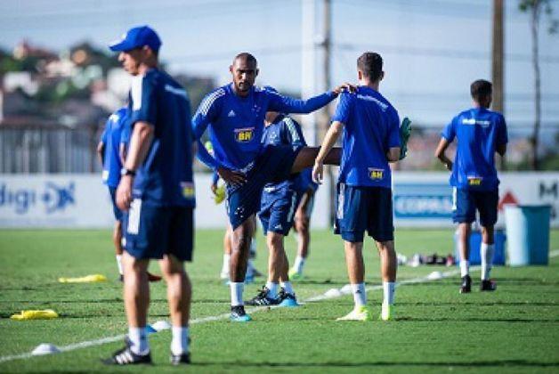 ESQUENTOU - O zagueiro Arthur, de 21 anos, que está emprestado ao América-MG, dificilmente ficará no Cruzeiro após o seu vínculo com o Coelho. O defensor está perto de ser negociado com o Brasil de Pelotas, que disputa a Série B do Brasileiro.