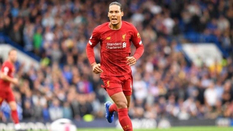ESQUENTOU - O zagueiro Van Dijk deve se tornar o jogador mais bem pago do elenco do Liverpool. Segundo o jornal inglês 'The Sun', o holandês está renovando o contrato e passará a receber 960 mil euros mensais (R$ 5,62 milhões).