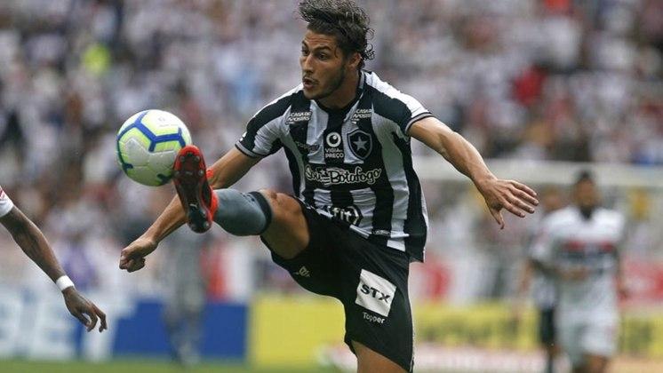 ESQUENTOU - Os dias do lateral Marcinho no Botafogo parecem estar contados. Por dificuldade em renovação, o clube colocou o lateral 'à venda'. A diretoria do Alvinegro entende que a negociação com o lateral-direito é complicada.